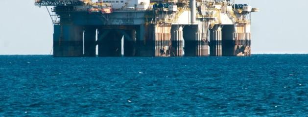 Midt ude på det åbne hav står en kæmpe boreplatform